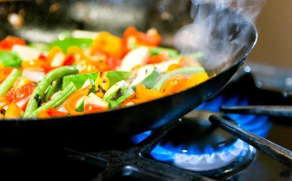 '4 thói quen xào nấu dễ dẫn đến ung thư: 80% mọi người đều mắc phải