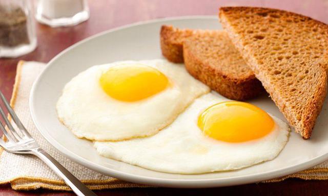 Cách chiên trứng còn nguyên lòng đào đơn giản nhất