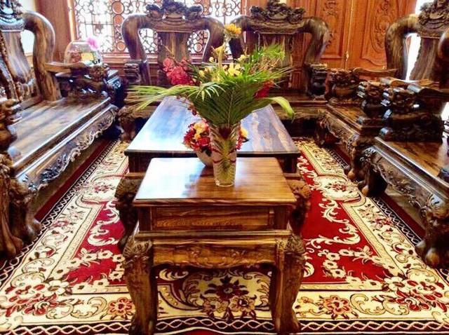 Bộ bàn ghế làm bằng gỗ cẩm phèo được đặt ở tầng trệt có giá hơn 1 tỷ đồng