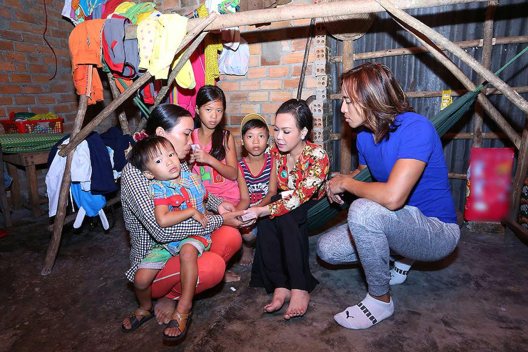 Vợ chồng Việt Hương tặng hơn 100 triệu đồng cho người nghèo
