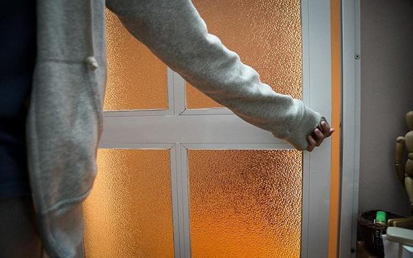 Gió lạnh từ bên ngoài sẽ không thể lùa vào trong nhà theo đường nào khi bạn đóng kín các cửa, và căn nhà của bạn chắc chắn sẽ ấm áp hơn nhiều.