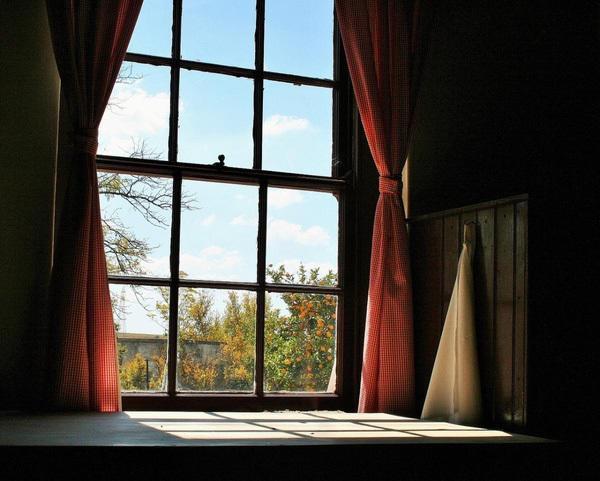 Vào những ngày trời có nắng, hãy mở các rèm cửa chính, cửa sổ tận dụng ánh nắng mặt trời chiếu vào để sưới ấm ngôi nhà, căn phòng của bạn.