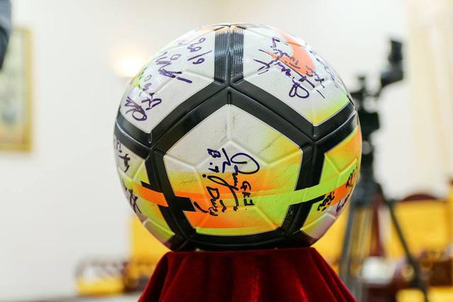 Quả bóng có chữ ký của các tuyển thủ U23 cũng đang được đấu giá.