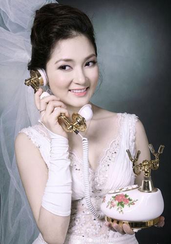 Ngắm nhìn những hình ảnh cũ của Hoa hậu Nguyễn Thị Huyền khiến nhiều người không khỏi tiếc nuối vẻ mặt phúc hậu, tròn đầy của cô.