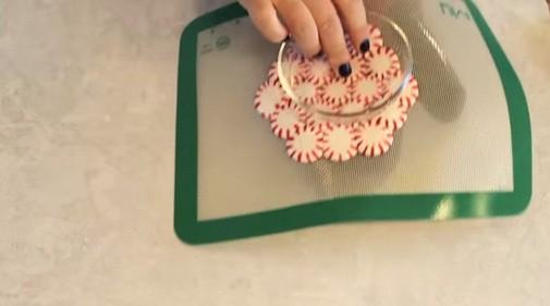 Lấy kẹo ra khỏi khay nướng rồi úp lên chiếc bát. (Ảnh: sun-gazing)