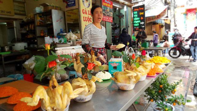 Cơ sở nấu cỗ trên phố Hàng Bè, quận Hoàn Kiếm, Hà Nội. Ảnh: Nhật Linh