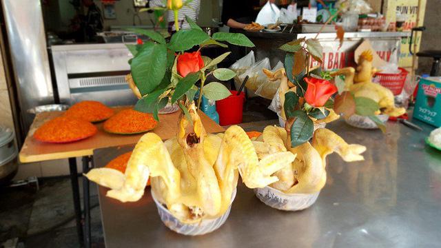 Gà buộc cánh tiên, cắm hoa hồng bà Lanh chuẩn bị cho khách. Ảnh: Nhật Linh