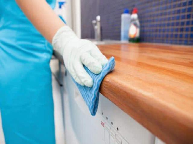 Tủ bếp gỗ sạch bong như mới chỉ với vài mẹo đơn giản đến bất ngờ
